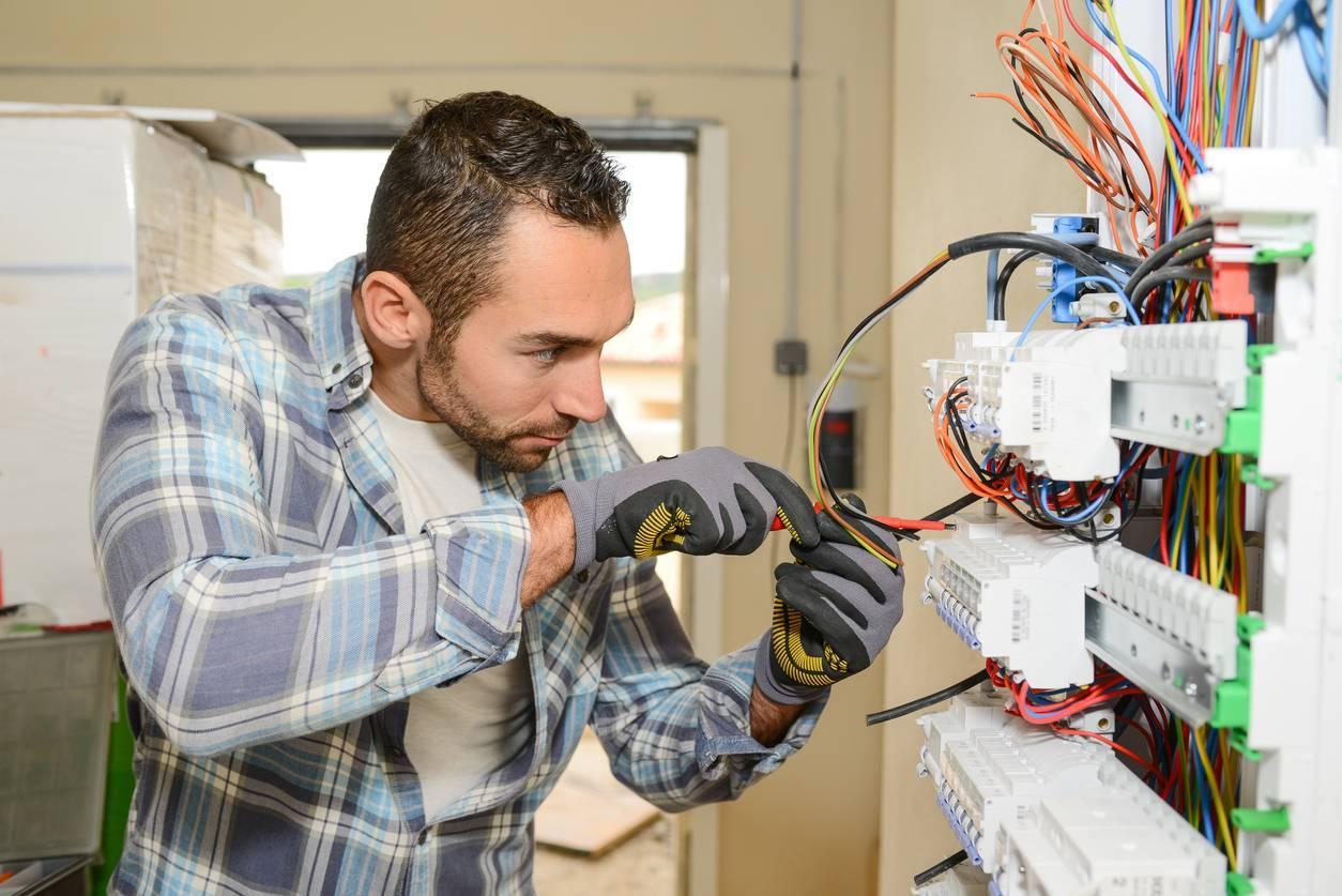 électricien qui répare une panne compteur