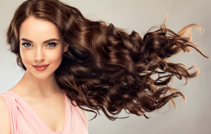 femme-cheveux-boucle