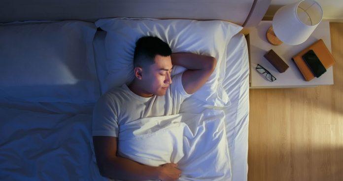 homme-dort-lit